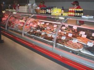холодильная витрина для мяса в магазине